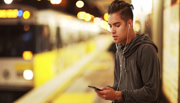 گوش دادن به موسیقی با صدای زیاد در مترو برای سلامتی مضر است