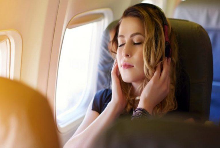 6 ترفند جالب برای خوابیدن راحت  در هواپیما