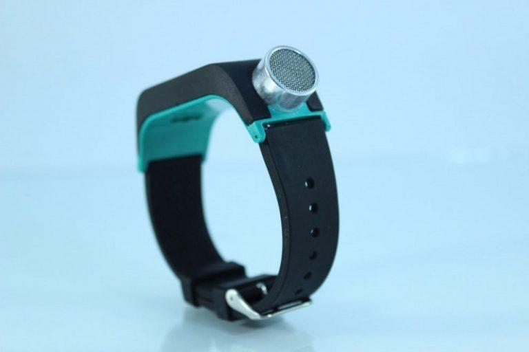 این دستبند از انعکاس امواج صوتی برای کمک به نابینایان استفاده میکند