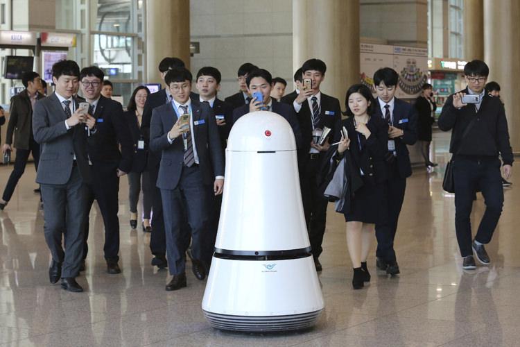 رباتهای خدمترسان ال جی در فرودگاه بینالمللی سئول