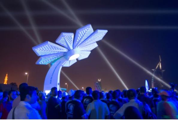 شارژر های خود را فراموش کنید ! شارژ تلفن همراه و اینترنت رایگان با نخل هوشمند در دبی